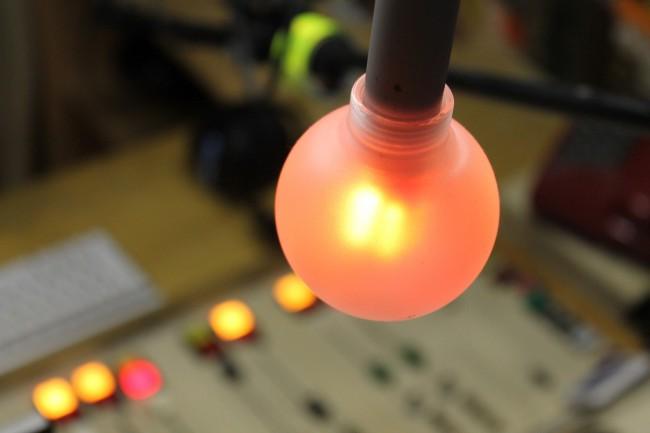 Die rote Lampe im Studio leuchtet wenn eines der Mikrofone eingeschaltet ist.