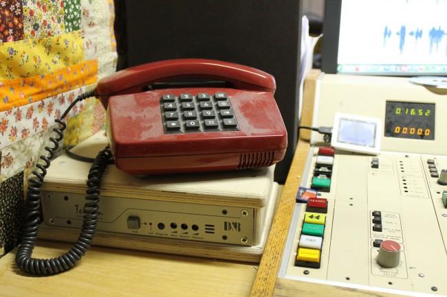Das Studio hat einen Telefonhybrid womit Anrufer auf Sendung geschaltet werden können.