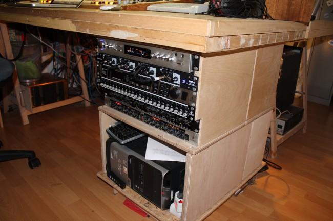 Unter dem Tisch ist der Rest der Technik wie: Computer, Kompressoren für Mikrofone, Effektgerät, Patchbay, ...