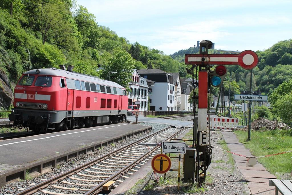 218 208 durchfährt den mittlerweile umgebauten Bahnhof Balduinstein.