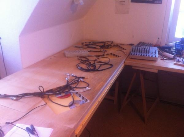 Der Studiotisch besteht aus zwei Platten aufeinander, in der oberen sind von unten Schlitze für die Kabel gefräst, und die mussten da erstmal alle rein.